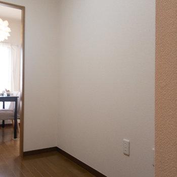 食器棚や冷蔵庫を置けそうなスペースもありますよ。※写真は1階の反転間取り別部屋のものです