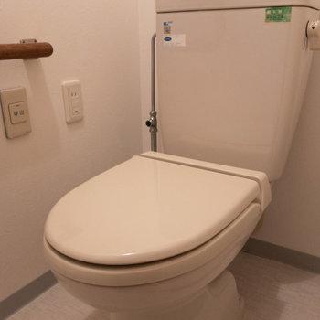 洗面所のお隣がトイレです。呼び出しボタンは便利ですよね。※写真は1階の反転間取り別部屋のものです