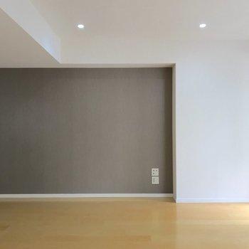 グレーのアクセントクロスがお部屋の雰囲気を引き締めています。