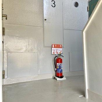 お部屋の前の共用部は踊り場のスペースのみです。