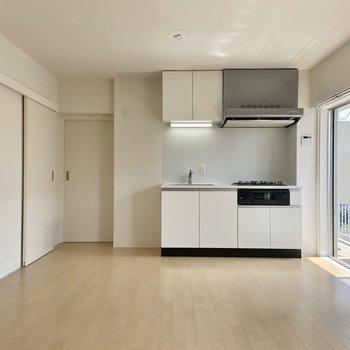 【LDK】キッチンも真っ白で統一されていて清潔感があります。