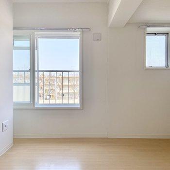 【5.87帖洋室】小窓もあって風通しも良好◎