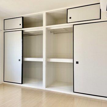 【洋室】押入れタイプの収納。天井までたっぷり、ハンガーポール付きです。