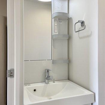 朝の準備に嬉しい独立洗面台。朝使うものはここに収納しましょう。