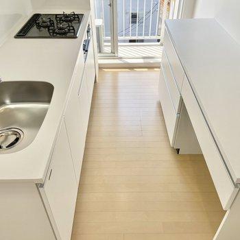 【LDK】真っ白で清潔感がありますね。調理家電は大きな作業台へどうぞ。