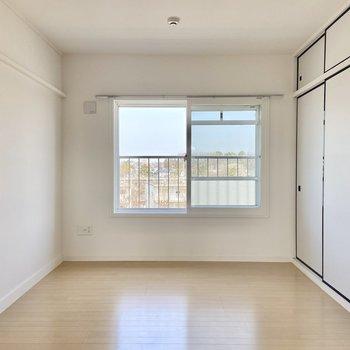 【洋室】真っ白の壁にある窓が景色を切り取ったみたい。