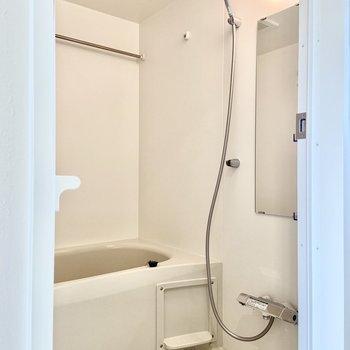 浴室乾燥機付き、真っ白のお風呂。