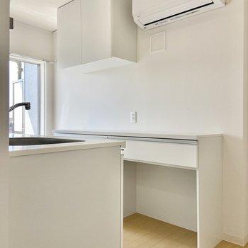 【LDK】キッチンを見ていきましょう。エアコンがあるのは嬉しいポイントですね。