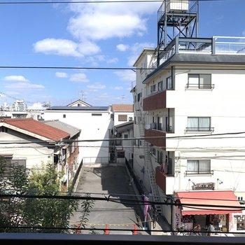眺望は、人通りの多い道と住宅街