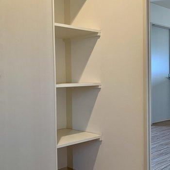 そのシューズボックスの隣には、玄関を飾る置物とかが置けそうな棚もあり