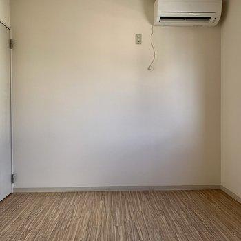 ダブルベッドを置けそうなくらいの広さの洋室