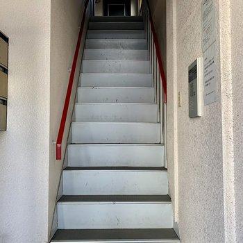共用部】エントランスからはすぐ階段。