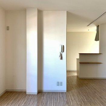 天井のレールから、ライトを付けてお部屋作り(写真右上)