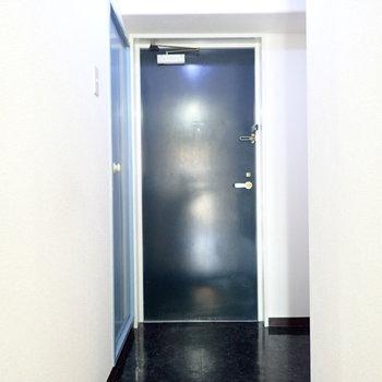 玄関はブラックで高級感があります。