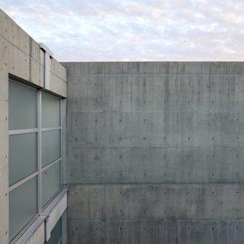 正面の眺めは同じ建物のコンクリートの壁ですが、有名な建築のようで素敵な景色。