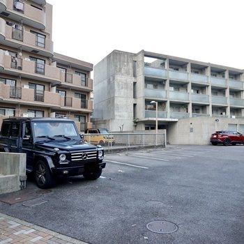 エントランス前は駐車場。道路側には敷地内ゴミ置き場も備えられています。