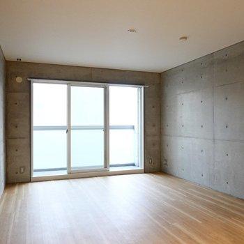 LDは10帖。ディテール感のあるコンクリートの壁と、白くてシンプルな床と天井が良いバランス。