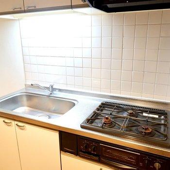 調理スペースがコンパクトなので、シンクボードか調理台になるキッチンワゴンがあると◎