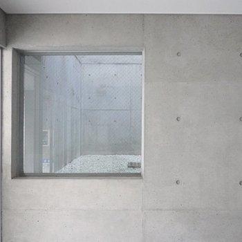 小さな窓からは吹き抜けを垣間見ることができます。