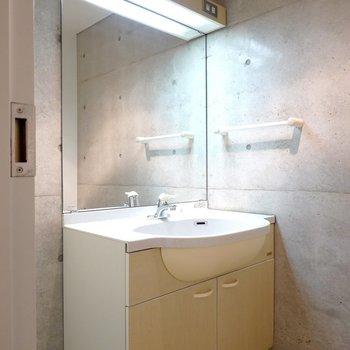 洗面台の鏡が大きいので、毎日旅行気分で身支度ができそう!