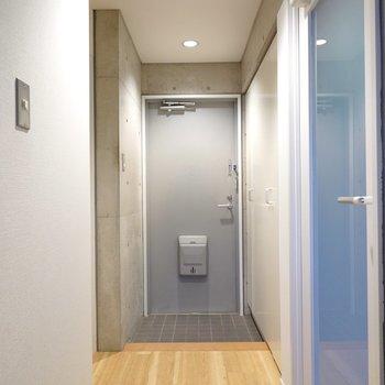 洋室を出ると正面に玄関。廊下の照明もホテルライク。