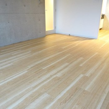 床が新しく張り替えられ、幅の広い木目調になっているのも嬉しいところ!