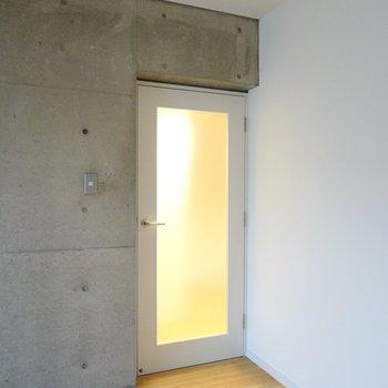 お次はその他の水回りへ。廊下へのドアは半透明になっていて、開放感があります。