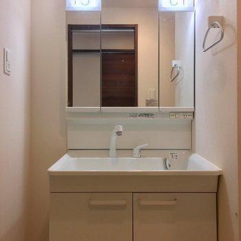 鏡のうしろに収納できる洗面台(※写真は6階同間取り別部屋、清掃前のものです)