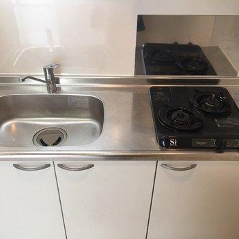 シンプルなキッチンです(※写真は6階同間取り別部屋、清掃前のものです)