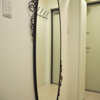 鏡のデザインも素敵です※写真は4階の同間取り別部屋のものです