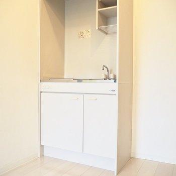 白いキッチンは汚れが目立ちやすいため、こまめにお掃除を※写真は4階の同間取り別部屋のものです