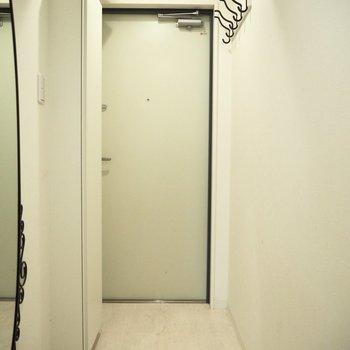 よく着る上着は玄関のフックに掛けておきましょう※写真は4階の同間取り別部屋のものです