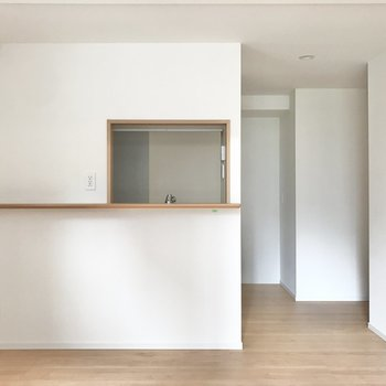 【LDK】対面キッチンには小窓とカウンターが。