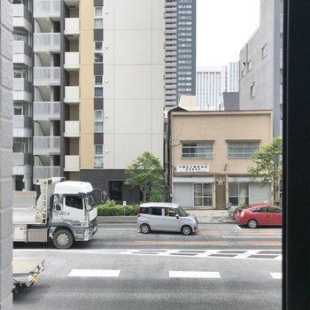 小窓からは大通りが見えます。
