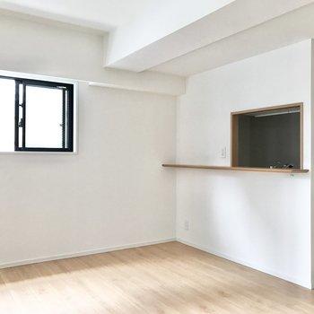 【LDK】小窓の下にカフェテーブルを置こうかな。