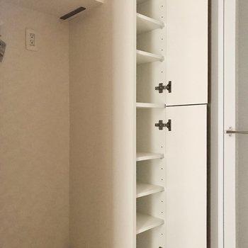 洗濯機置き場横の棚にはタオルやパジャマなどを。