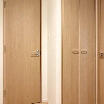 トイレの隣には収納があります。※写真は5階の同間取り別部屋のものです