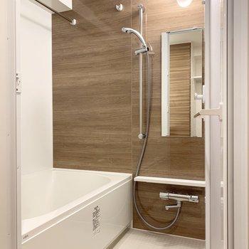バスルームは浴室乾燥、追い炊き機能付きです。※写真は5階の同間取り別部屋のものです