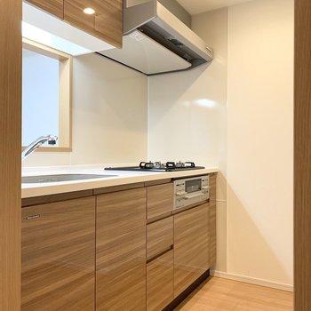 【LDK】木目柄の素敵なキッチンですね。※写真は5階の同間取り別部屋のものです