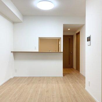 【LDK】対面式のキッチンで会話を楽しみながら料理ができます。※写真は5階の同間取り別部屋のものです