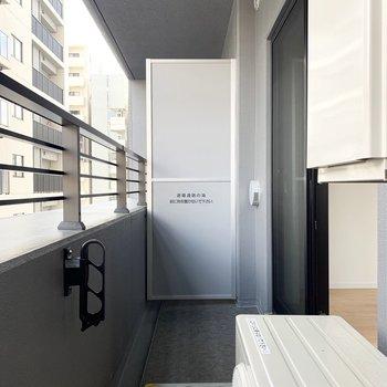 東向きのバルコニーです。洗濯物は午前中に干すと良さそう。※写真は5階の同間取り別部屋のものです