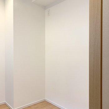 【LDK】キッチンの後ろには冷蔵庫や食器棚を置くことができます。※写真は5階の同間取り別部屋のものです