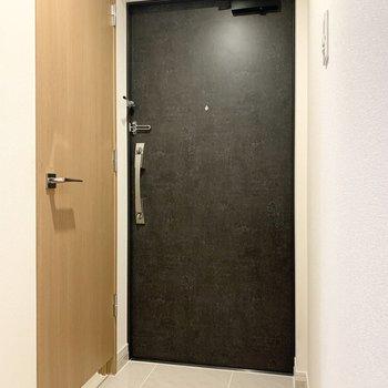 ゆとりのある玄関です。※写真は5階の同間取り別部屋のものです
