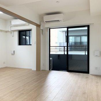 【LDK】間仕切り扉なので開けると開放感のある空間になります。※写真は5階の同間取り別部屋のものです