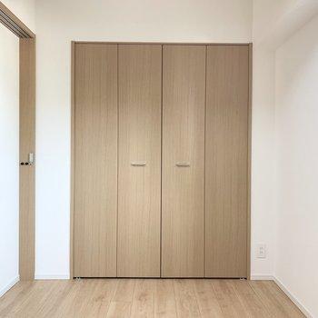 【洋室】大きめのクローゼットがあります。※写真は5階の同間取り別部屋のものです