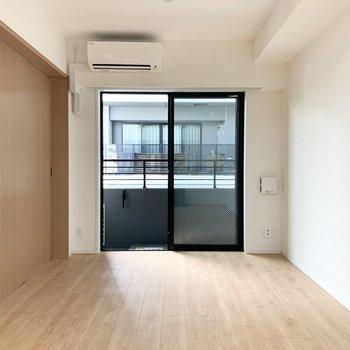 【LDK】明るいナチュラルな内装です。※写真は5階の同間取り別部屋のものです