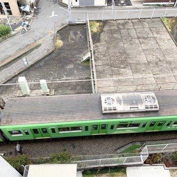 見下ろすとかわいらしい電車が走ってました。