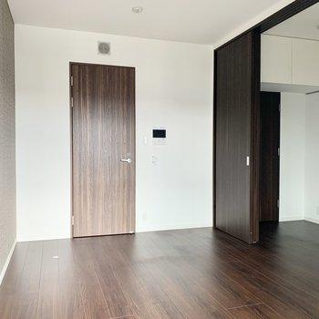お部屋を分ける引き戸は大きく開くことが出来ます。※通電前の写真です