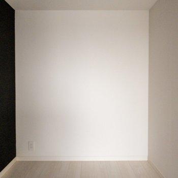 【洋室3帖】アクセントクロスは大人っぽい色。※写真は9階同間取り別部屋、通電前のものです