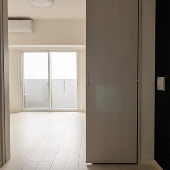 【洋室3帖】仕切りはスライドドア。※写真は9階同間取り別部屋、通電前のものです